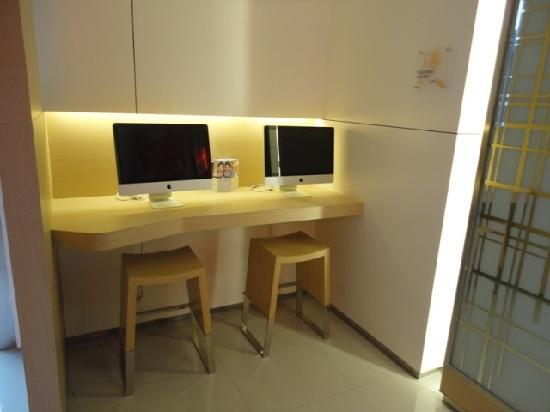 Citadines Gaoxin Xi'an: 大厅上网区用的是苹果电脑