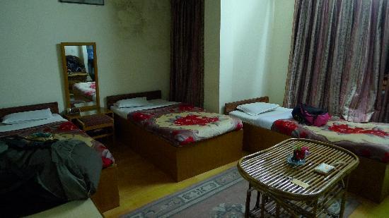 Acme Guest House: 房间内部。床单和毛毯看起来都不干净,墙壁上都是霉印