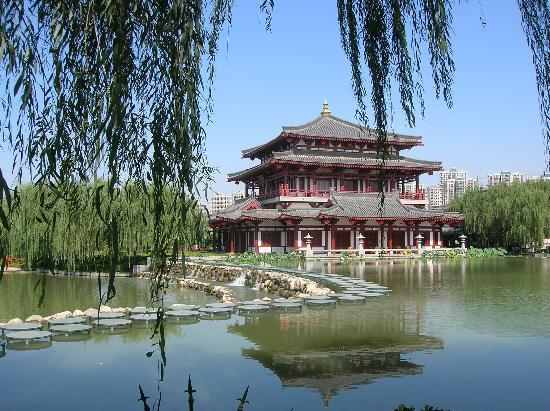 Xian, China: 大唐芙蓉园内一处美景