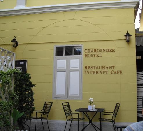 Charoendee: 旅店建筑前