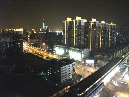 New Space-Time Ruili Hotel: 我的房间在20层,从酒店的飘窗往外拍的,视野很不错。楼下的就是中山公园城铁站。