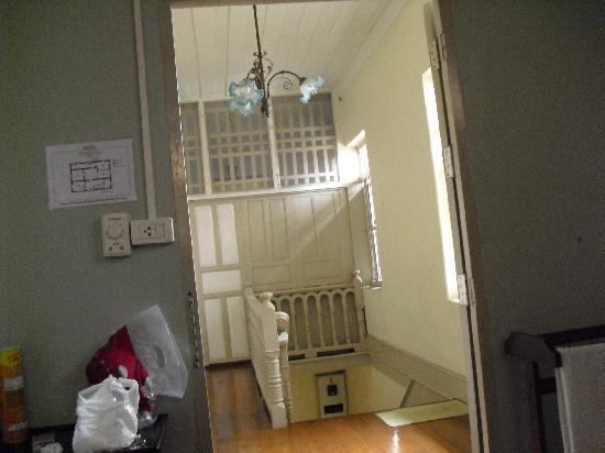 Charoendee: 从房间看楼梯