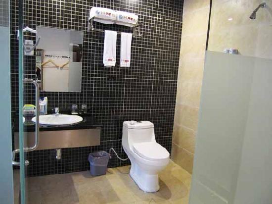 3+1 Express Hotel: 卫生间