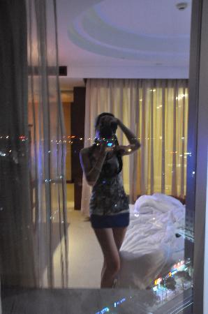 Yiwu, China: 透过窗户拍到的另类房间景观