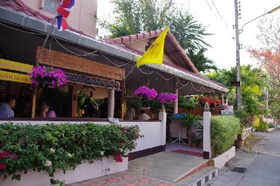 Rux-Thai Guest House: 旅社大门