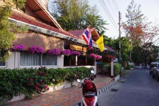 Rux-Thai Guest House: 旅社门口
