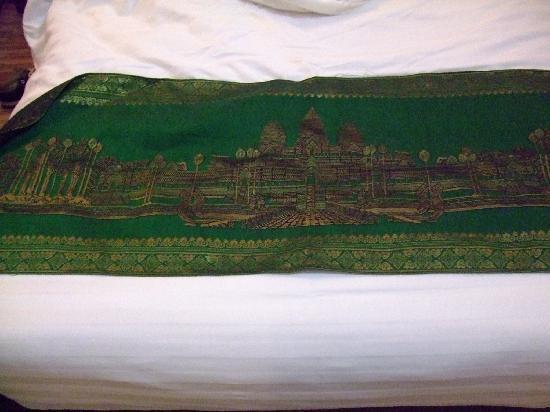 Diamond Palace Hotel: 富有高棉特色的床巾