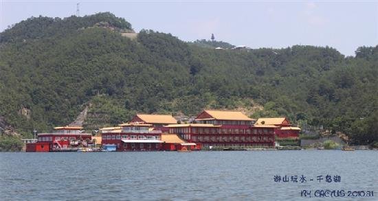 Lakeview Houseboat Hotel&Resort : 在快艇上看宾馆