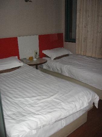 Danfeng Hostel Shanghai Lanxi Road : 房子正好放两张床
