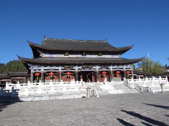 Mufu Palace: 进去后会看到的第一个大殿,是办公用的呢