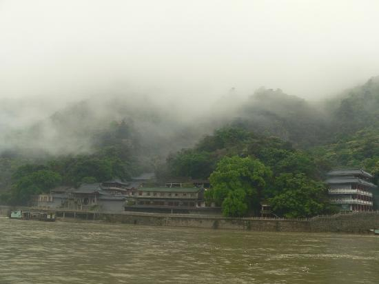Xiaobeijiang Pleasure Boat of Qingyuan: 船上拍的一张照片,云雾缭绕,很有点飘飘欲仙的感觉