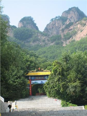Jiaohe, China: 山门