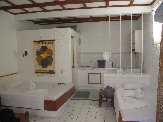 Sabang Inn Beach & Dive Resort: 干净整洁的房间 虽然只有一张床 但是沙发也可以边成床