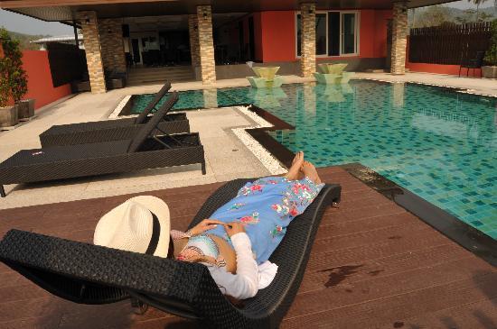 RaTaNa Apart Hotel: 酒店的游泳池