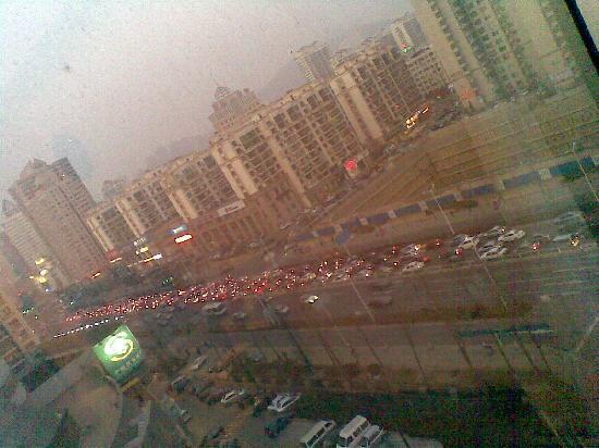 Aizunke Hotel Qingdao Fuzhou South Road: 算是处于黄金地段,晚上窗外的车堵起长龙