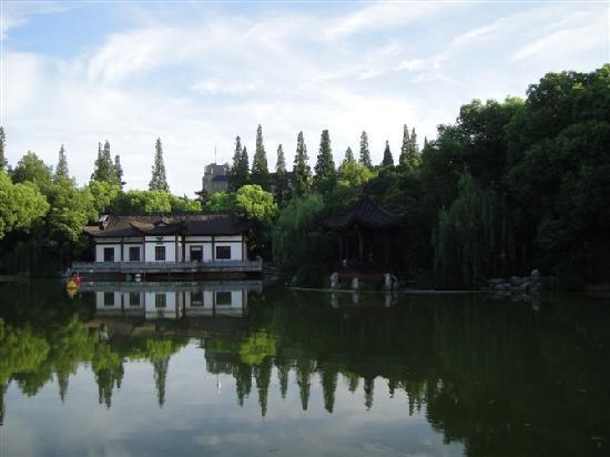 Tianninglou Hotel: 外面的公园
