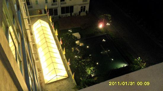 The Platinum Suite: 晚上从房间的阳台往下照的