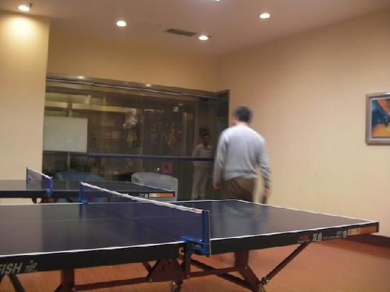 Blue Sky Hotel: 乒乓球室, 老公说环境很好, 20元/一小时, 房客八折优惠=16元