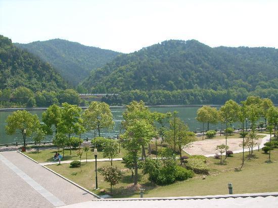 Jiande, Trung Quốc: 新安江边的山青水绿