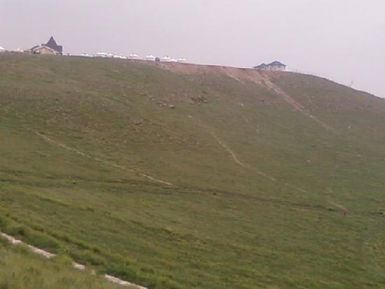 Huitengxile Grassland: 青草瀑布有人家