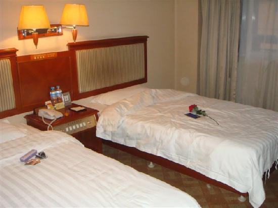Hui Hua Lou Hotel: 中街荟华楼高级间,天天回房间就会发现服务员又把花放在我床上了,哈哈,一个小小的举动,但是让人很窝心,感动啊