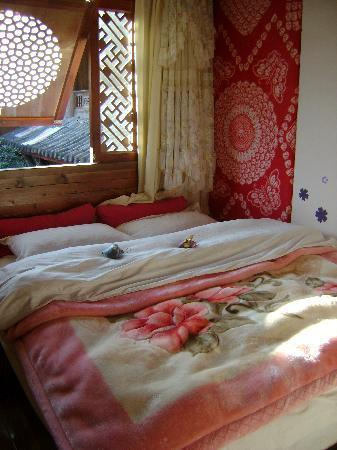 Dongba Hostel: 二楼的大床,很温馨。很喜欢那种窗户
