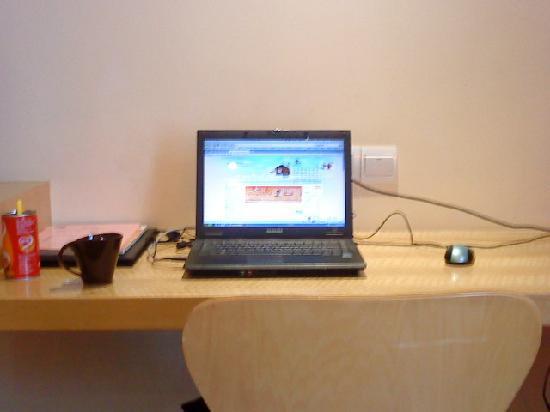 Hanting Express Shenzhen Zhuzilin : 是桌子 电脑是自己带的有免费的宽带上