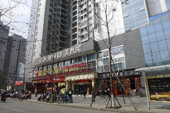 Tongxingwu Inn Chengdu Romantic Holiday : 客栈楼下美食街