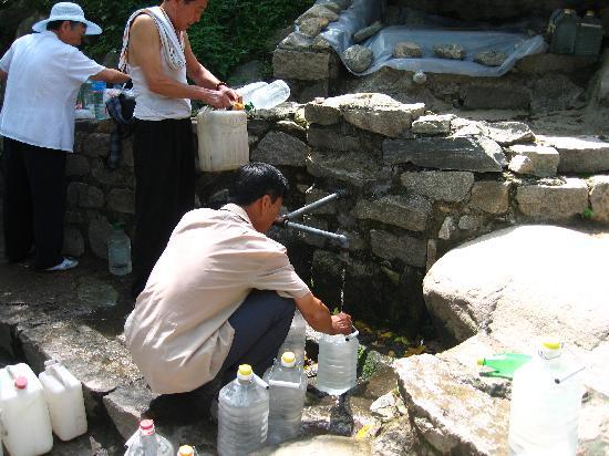 Changshou Bridge : 上山锻炼的市民在接长寿泉的山水。
