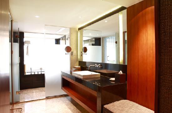Baiyun Lake Bank Hotel : 我住的房间的卧室,特别喜欢这个浴缸,全湖景的,洗澡的时候真的有沐浴于山水之间的感觉
