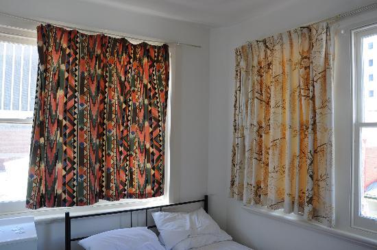 Brunswick Hotel: 两面墙都有大窗户的大床房