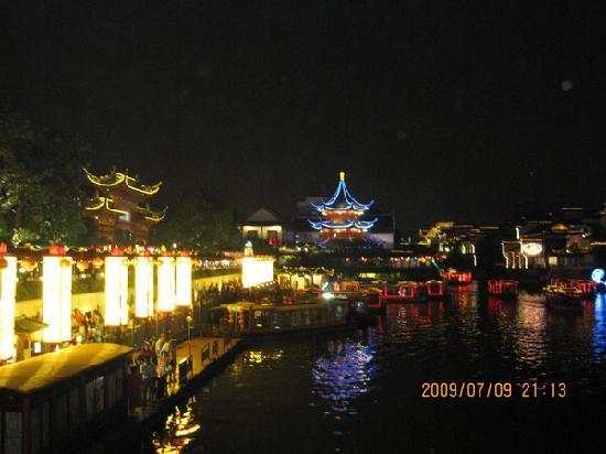 Nanjing, Kina: 这块是夫子庙那!!!夜晚景色很美,我们当时就住在了夫子庙的青年旅社,很不错哦!