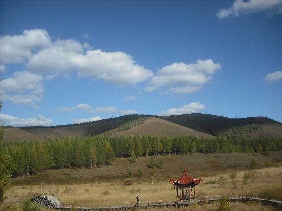 Weichang County, China: 刚开始以为山坡上的阴影是火灾后的草地