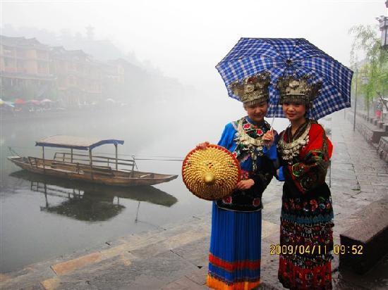 Xiangbi Mountain of Fenghuang: 撑一把伞从江边走过!红衣服的就是偶啦