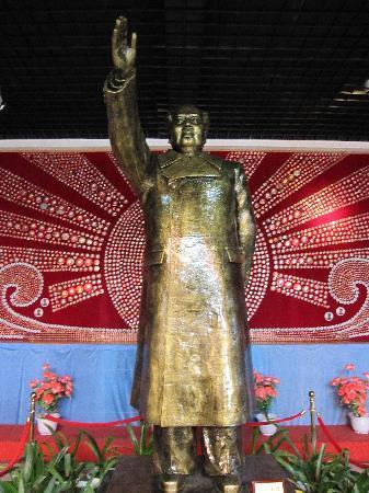 Jinshitan Mao Zedong Badges Exhibition: 主席像章雕像