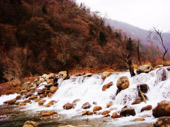 Pingwu County, Китай: 路边的一个小瀑布