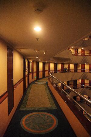 Sunshine Holiday Hotel: 酒店通透的走廊和黄色的灯光