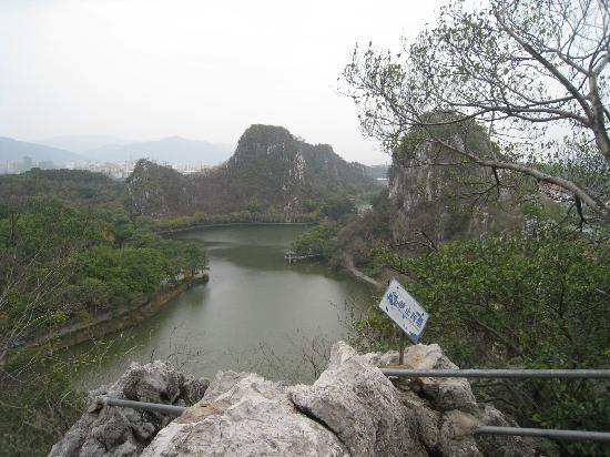 Xinghu Lake of Zhaoqing: 在攀登天柱岩的路上