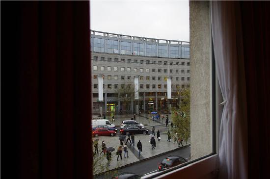 Hôtel Mercure Lyon Charpennes : 酒店窗户望出去的早晨风光,忙碌的上班族