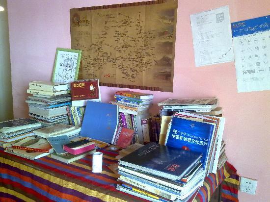 Dengba Hostel No.1 Kangding: 桌子上很多很多的游行书籍