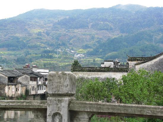 Ancient Buildings of Chengkan Village: 村外小桥上远眺