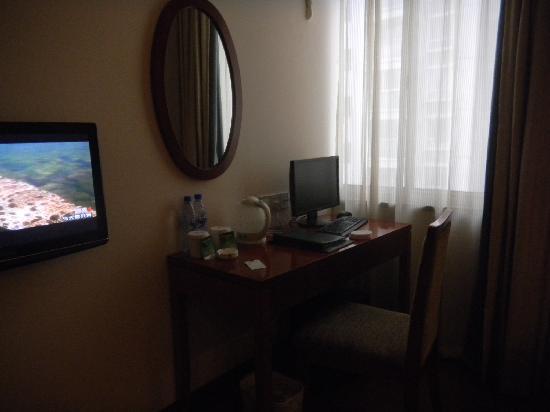 GreenTree Inn Shanghai Century Park Business Hotel : 商务标间里配有液晶电脑可以上上网