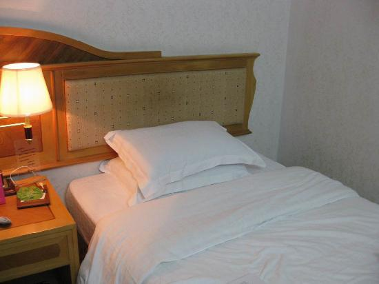 Hua Tai Hotel: 单人床还挺大的