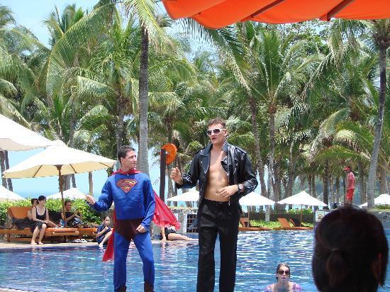 Bintan Island, Endonezya: 泳池边表演的G.O