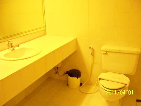 Sawasdee Langsuan Inn: 洗手间