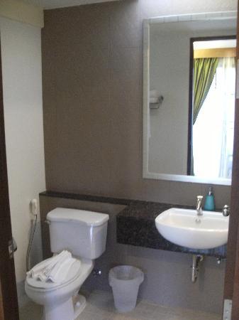PS Hill Resort: 干净的洗手间,右边有淋浴房