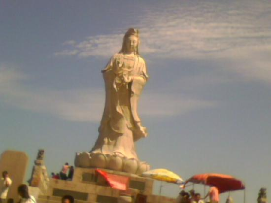 Shishi, Çin: 到那的游人,都愿意在在观音面前虔诚地燃上一炷香,真心祷告