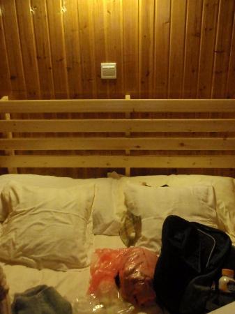 Shengquan Hot Spring Hotel: 凌乱不堪的双人床~
