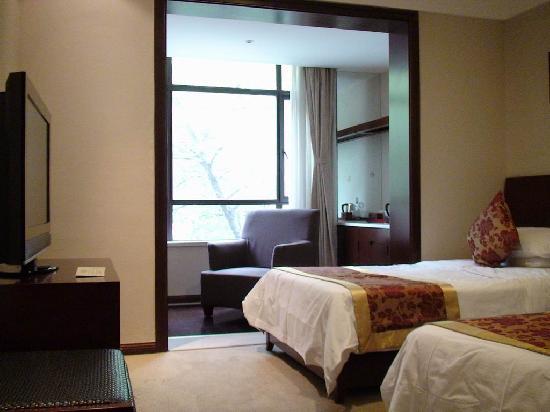 Tiedao Hotel: 客厅向阳台一瞥