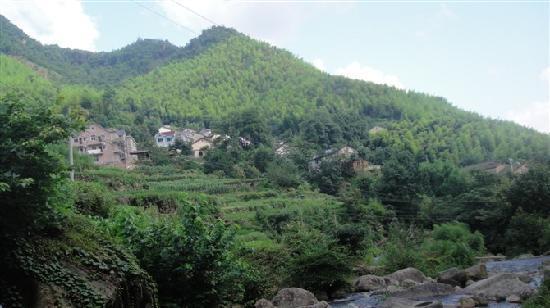 Lin'an, China: 浙西大峡谷最高山的风景 对面是山里人家